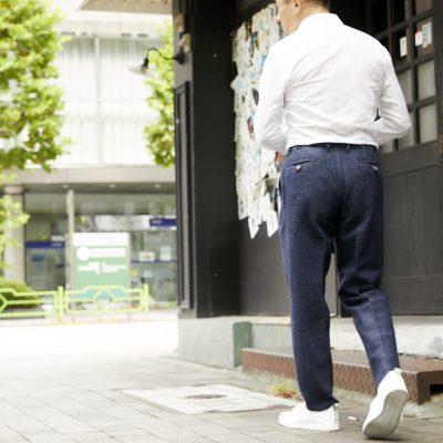 デニスラ選びは、シルエットとサイズに注意。紳士スラックスの専門メーカーがデニムスラックスの着こなしを解説